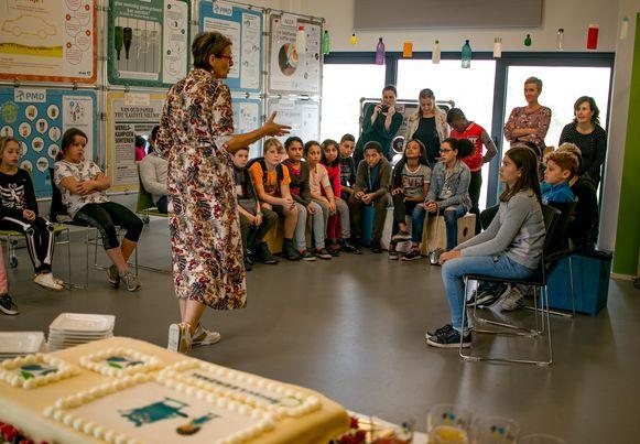 De kinderen van basisschool Sint-Camillus bij de opening van de nieuwe RecycLEERZAAL van MIWA.