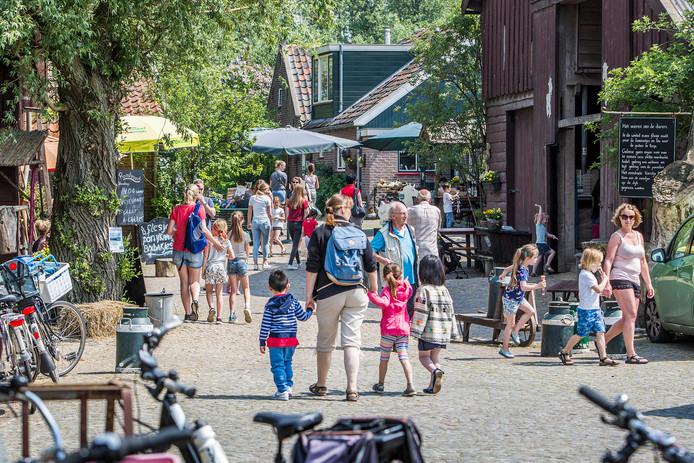 Op een zonnige woensdagmiddag lopen honderden mensen over het erf van 't Geertje.