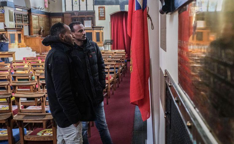De asielzoekers bezochten samen met leerlingen het 'Engels kerkje' in Ieper.