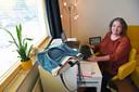 Juf Ans Geleijns (63) is juf op de mavo van De Nassau in Breda en zit hier op haar thuiswerkplek, vanaf waar ze afgelopen voorjaar haar digitale lessen gaf.