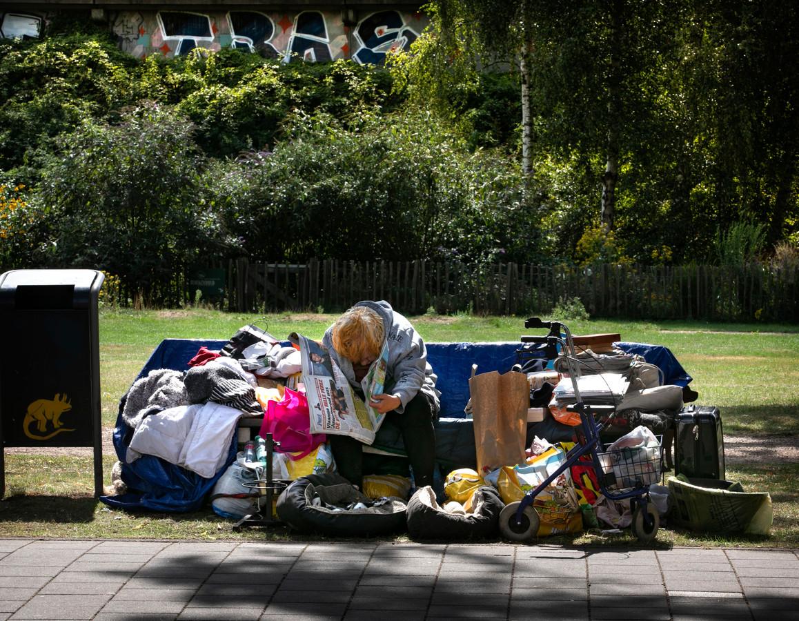 Al ruim een week zit de 60-jarige vrouw op een bankje in Eindhoven