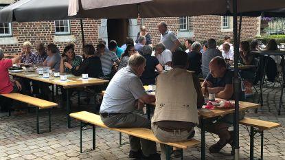 Leden adviesraden krijgen barbecue aangeboden door het gemeentebestuur