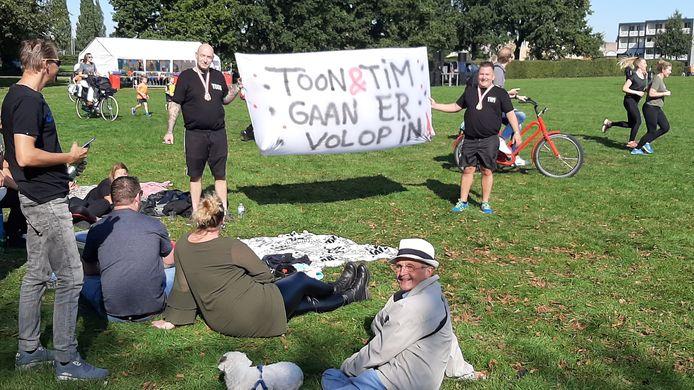 Het spandoek van Toon en Tim laat niets aan duidelijkheid over.