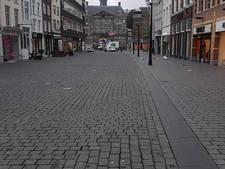 Deel binnenstad Den Bosch afgezet door storm, dakleer laat los ter hoogte van Hema