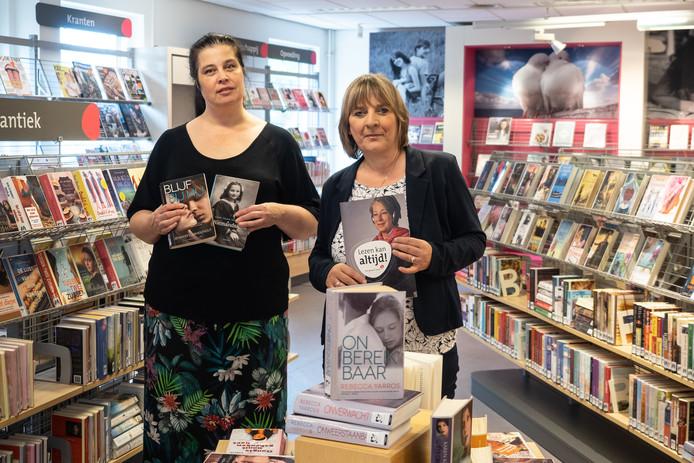 Joke Mos, directeur en Annemarie vaan Wel in hun bibliotheek in Rokkeveen