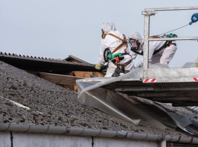 De sanering van asbestdaken in Gelderland.