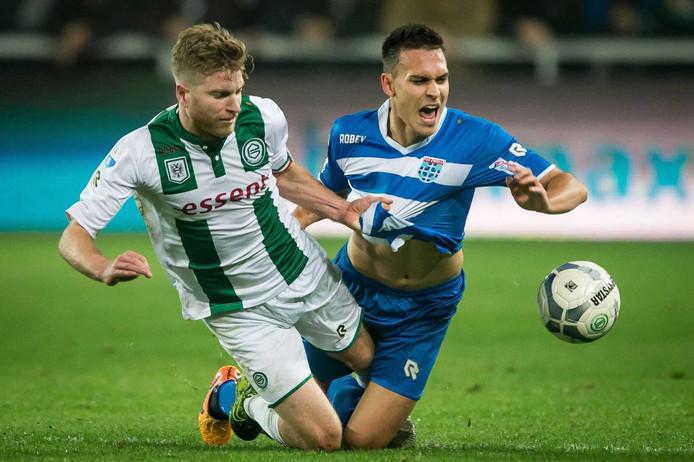 Michael de Leeuw in duel met Trent Sainsbury van PEC Zwolle.
