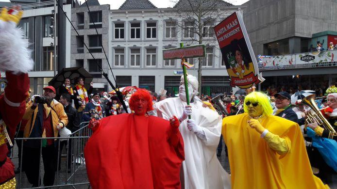 De intocht  afgelopen zondag in Oeteldonk. Verschillende clubs liepen met het bord 'Anita for President!'