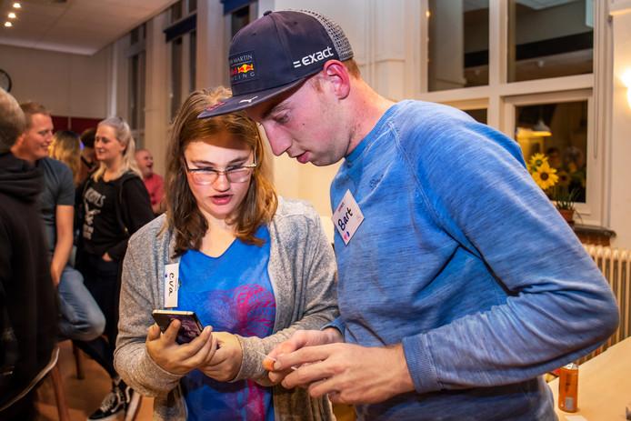 Eva en Bart wisselen telefoonnummers uit.