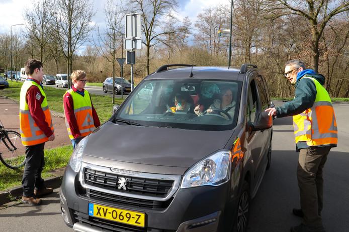 Scouts van Dutmella helpen met het regelen van het verkeer, met vanaf links: Chris Donkers, Rik Schutten en Sven Pekelder.