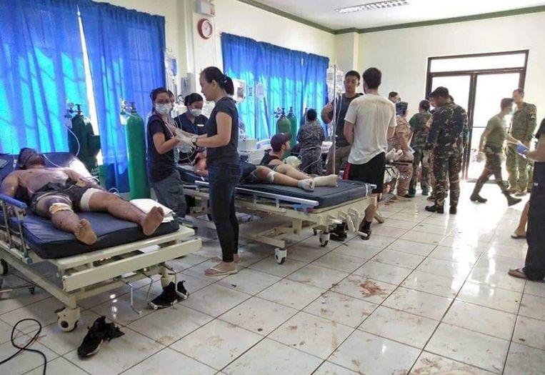 Gewonden worden behandeld in een ziekenhuis in Jolo.