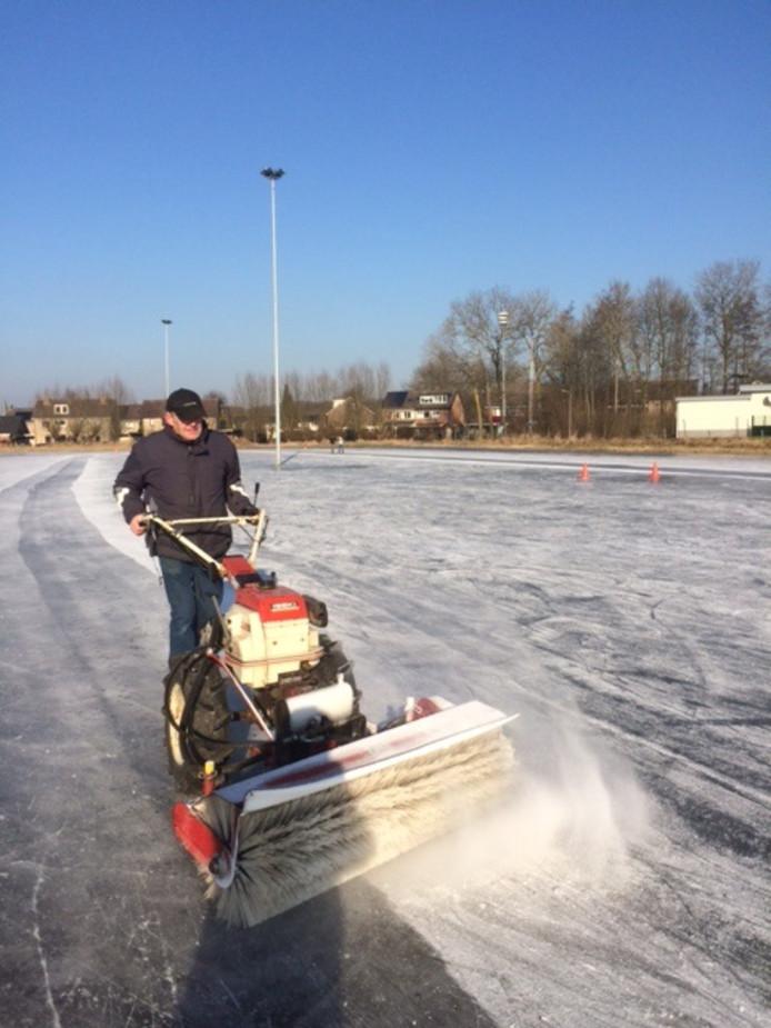 In 2017 was er dan toch eventjes ijs. Een vrijwilliger maakt de ijsbaan in orde.