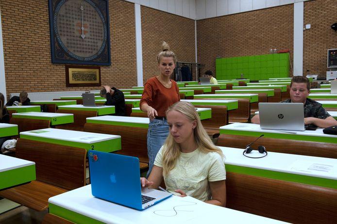Leerlingen van Helicon, dat uitgroeit tot Fruit Tech Campus,  krijgen les in de afmijnzaal van Fruitmasters in Geldermalsen