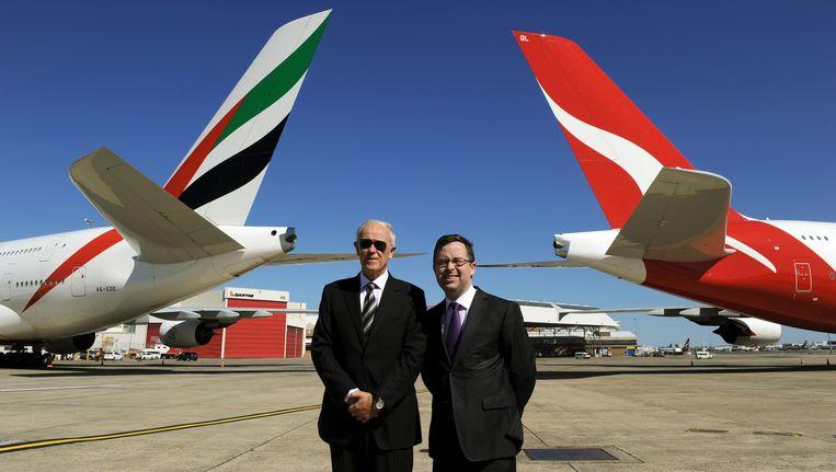 Topman Tim Clark van luchtvaartmaatschappij Emirates (links) in 2012 naast Qantas-directeur Alan Joyce. Beeld AFP