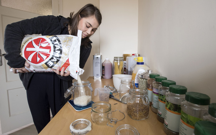 Romee Hoeksma levert haar producten in potten. Heeft de klant de pot leegt, ruilt hij die om voor een volle.