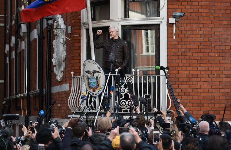 De oprichter van Wikileaks, Julian Assange, op het balkon van de ambassade van Ecuador in Londen. Beeld EPA