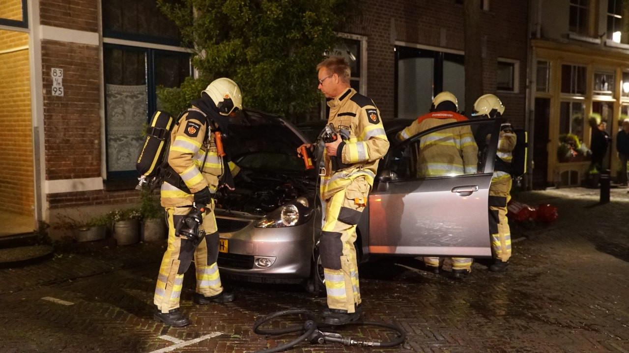 Buurtbewoners in de Molenstraat in Deventer hebben vannacht een autobrand geblust met emmers water, de brandweer hoefde alleen nog maar na te blussen.