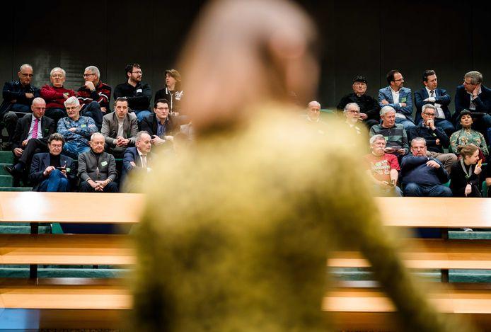 Zeeuwen op de publieke tribune kijken naar Staatssecretaris Barbara Visser van Defensie (VVD) tijdens het Tweede Kamerdebat over de voorgenomen verhuizing van de marinierskazerne.
