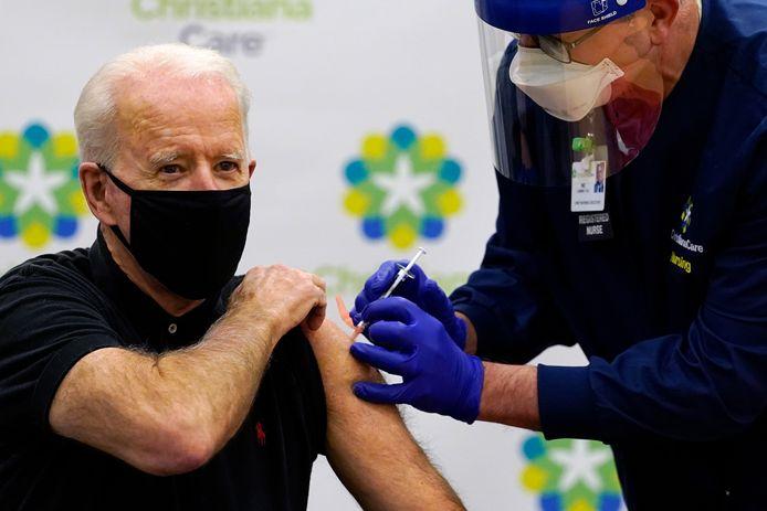 Joe Biden krijgt zijn tweede dosis toegediend in Newark.