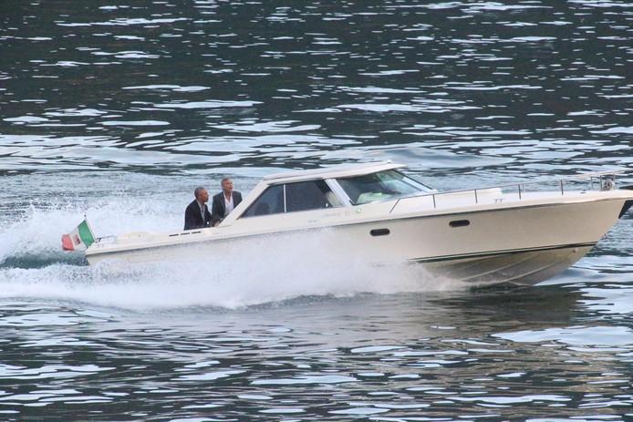 George en Amal Clooney kregen dit weekend bezoek in hun tweede huis aan het Comomeer in Italië. De familie Obama streek er tijdens een vakantie neer.