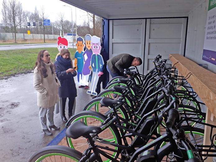 Aan de Laan van Londen, pal naast de A16, kunnen automobilisten hun wagen achterlaten en een fiets hun of overstappen op de bus.