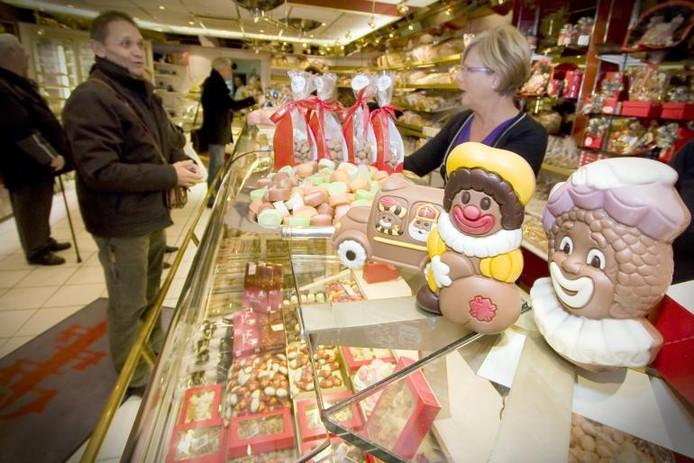 Bij Bakkerij Broer krijgt 5 december alle ruimte. Zodra Sinterklaas in het land is, gaat de winkel op de kop en staan etalage en toonbank vol met marsepeinen figuren en chocoladeletters. foto Niels Leusink