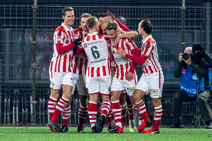 Vreugde na weer een zege van TOP Oss. Dinsdagavond werd Jong Ajax met 1-0 verslagen, de vijfde zege op rij.