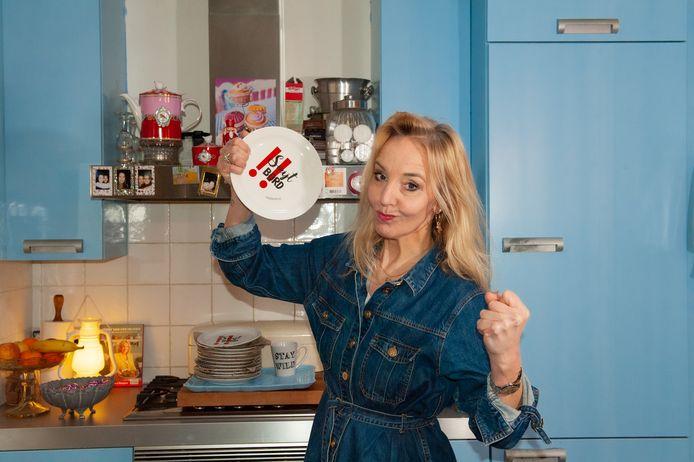 Sandra Zeilstra met een smijtbord uit de eigen collectie in haar keuken: ,,Zelf heb ik er ook eentje kapot gegooid. Dat was spannend, maar heel lekker.''