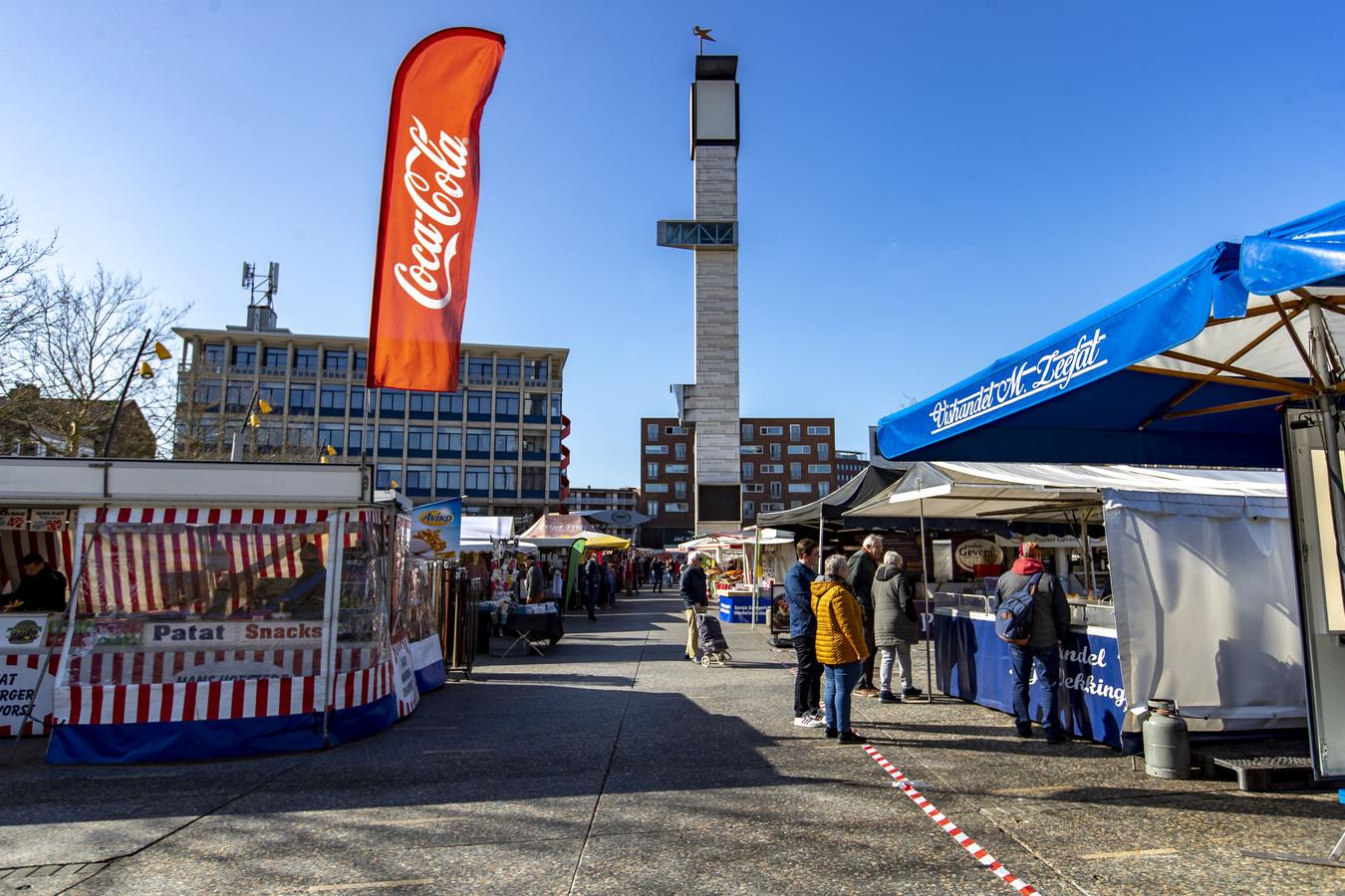 Op de markt in Hengelo werden al maatregelen getroffen, nu wordt de markt fors ingeperkt.