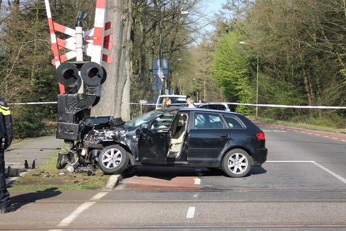 De auto kwam tot stilstand tegen een spoorboom bij de spoorwegovergang in Ermelo.
