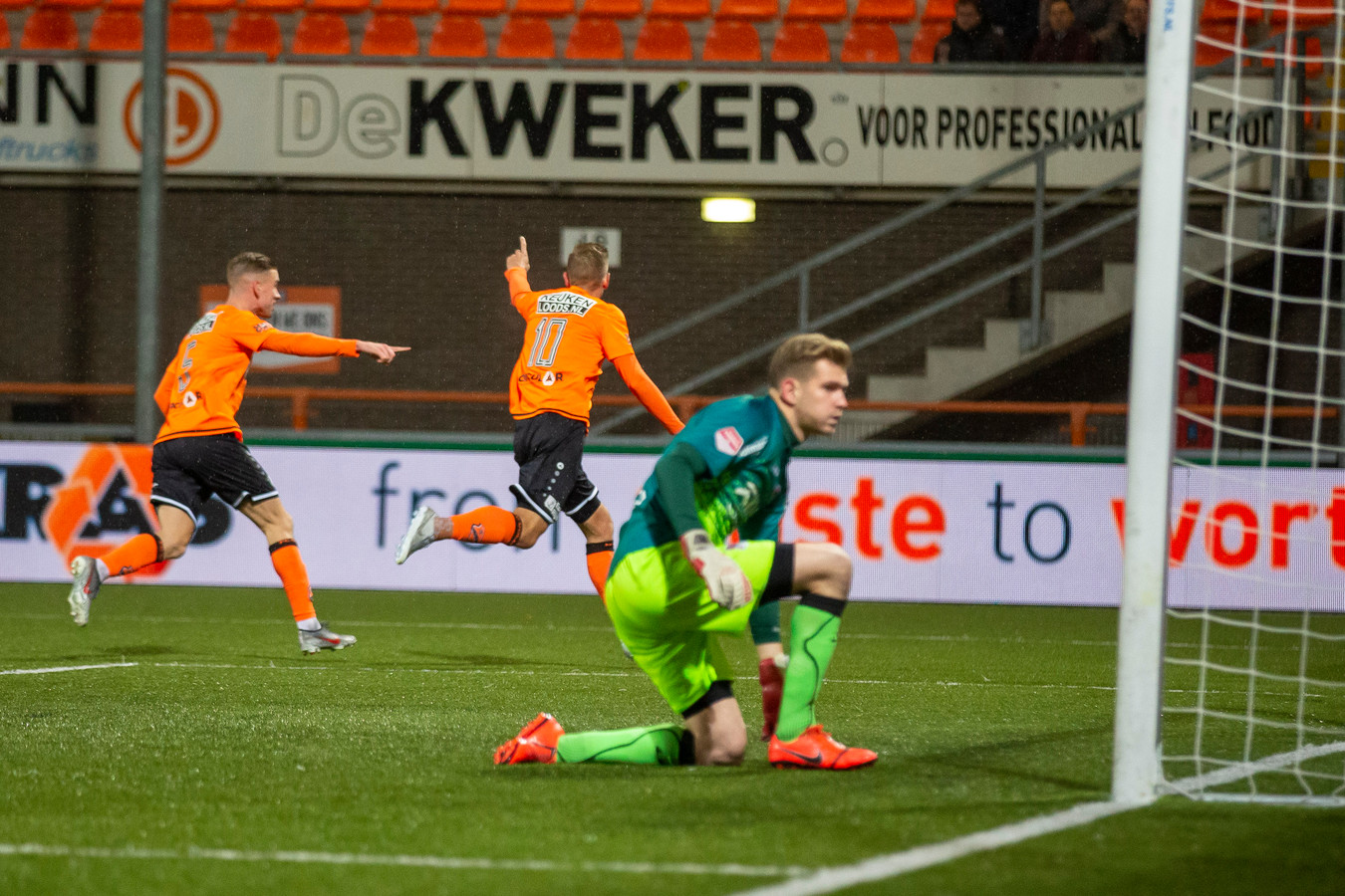 Mattijs Branderhorst is voor de eerste keer gepasseerd door Kevin Visser (10) en voelt het onheil naderen.