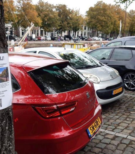 Burgemeester krijgt dossier met 1355 handtekeningen tegen bomenkap overhandigd