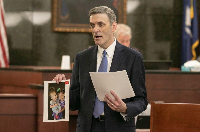 Openbaar aanklager Rick Hubbard toont de jury foto's van de vermoorde kinderen.