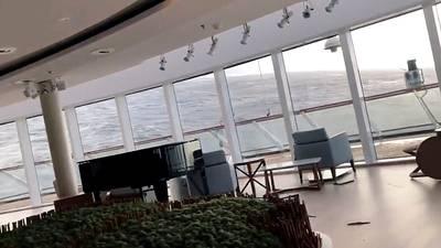 Op het sterk heen en weer deinende schip, schoof het meubilair alle kanten op.