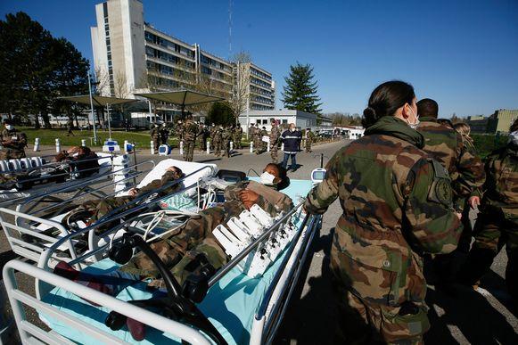 Het veldhospitaal in Mulhouse is nog niet in gebruik. De militairen oefenden vandaag de werzkaamheden.