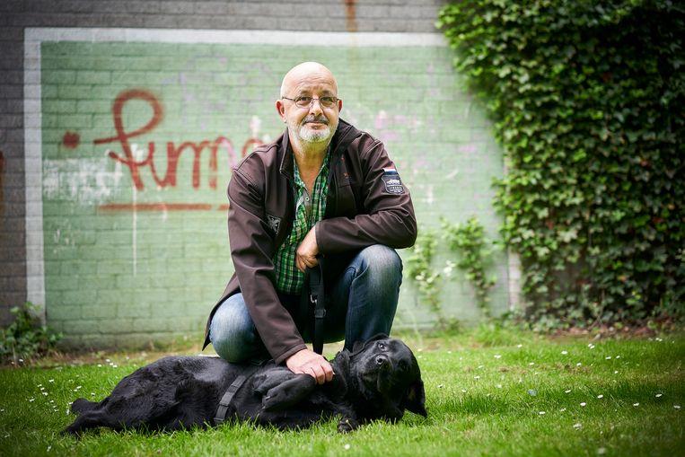 Veteraan John de Roode met zijn hond Niels. Beeld Phil Nijhuis