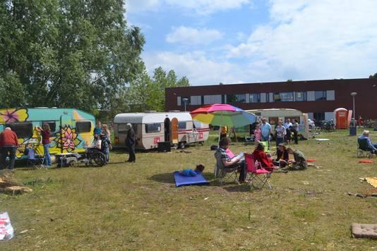 Het festivalterrein staat vol kleurrijk caravans.