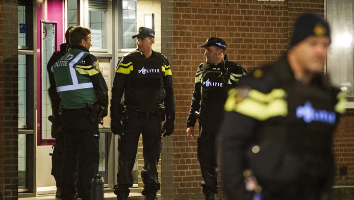 Een arrestatieteam bij de flat van Anis B