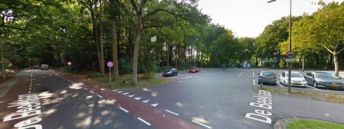 De Beek, rechts het parkeerterrein dat vaak te klein is. Links de Beeklaan die vaak vol geparkeerde auto's staat.