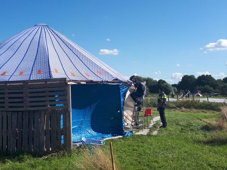 Een activist heeft zich vastgetekend aan een yurt. Beeld Bart van Zoelen