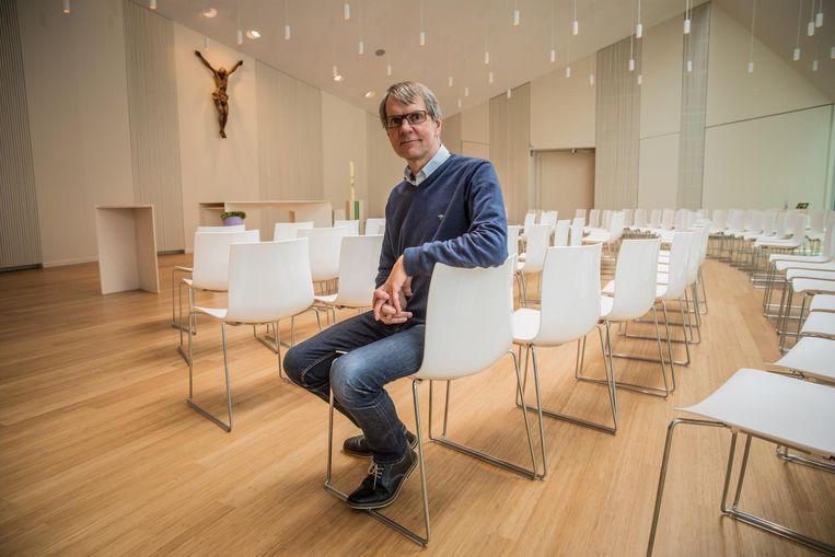 Centrumdirecteur Walter Van Wouwe in de kerk met mooie stoelen, knap parket, designverlichting en een computergestuurde klimaatregeling die de temperatuur aanpast aan het aantal aanwezigen.