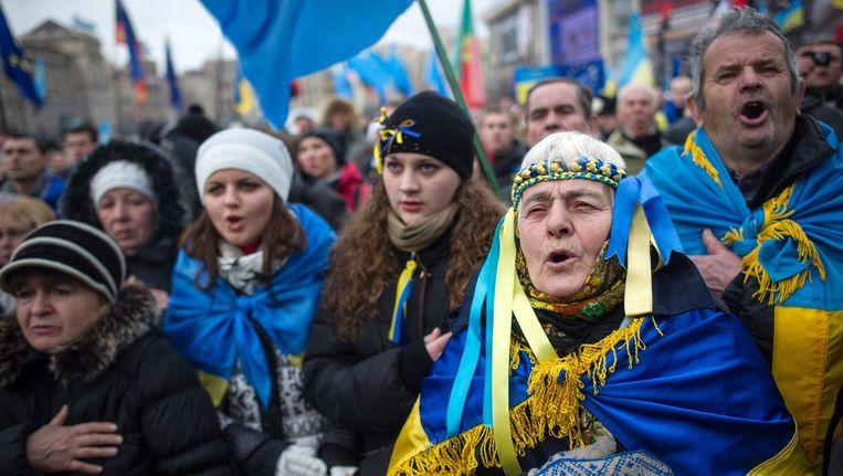 Oekraïners zingen het nationale volkslied op het Majdan Nezalezjnosti (het Onafhankelijkheidsplein) op 29 november 2013. Beeld epa