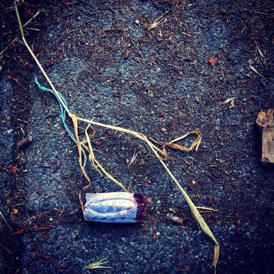 Een gebruikte tampon op straat.