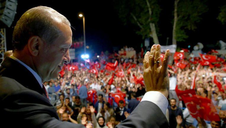 President Erdogan zwaait naar zijn aanhangers, die zich voor zijn residentie in Istanbul hebben verzameld. Beeld ap