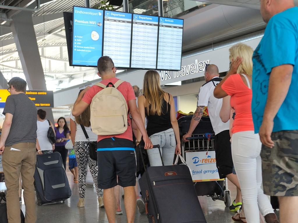 Passagiers op Eindhoven Airport wachten op verdere informatie over hun vlucht.