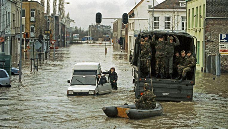 Het leger ontzet slachtoffers van de overstromingen van 1993 in Limburg. Beeld ANP