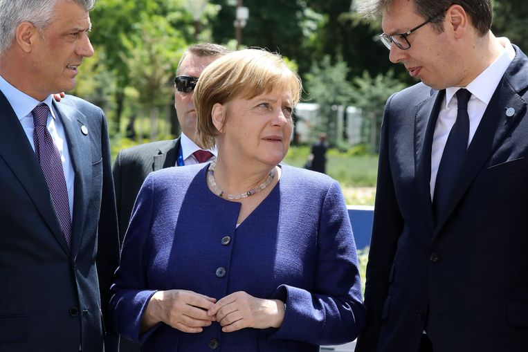 President Thaci (l) van Kosovo en zijn Servische collega Vucic in gesprek met de Duitse bondskanselier Merkel tijdens de EU-Westelijke Balkantop in Sofia, in mei van dit jaar. Beeld AFP
