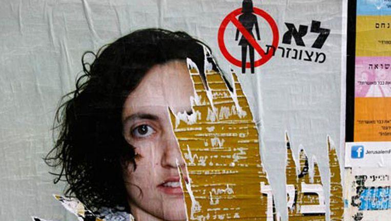 Een vernielde poster in Jeruzalem. Foto © Baz Ratner/Reuters Beeld