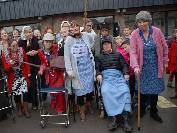 De leerkrachten verkleedden zich als oudjes.