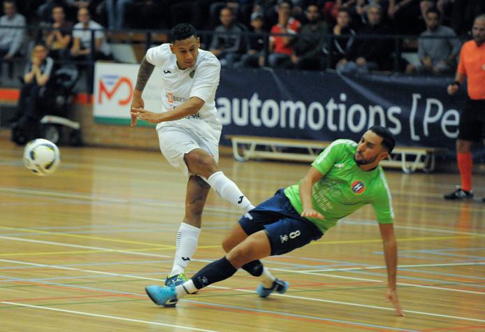 Josimar Pattinama (links) miste gisteravond een strafschop, maar bereikte wel de halve finale van de KNVB beker met Groene Ster Vlissingen.
